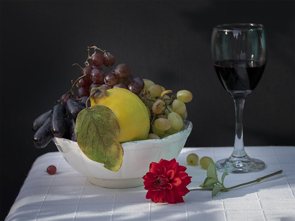 Bodegón de uvas y membrillo…con dalia